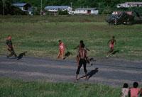 兵士とサッカーをする子供達、グレナダ