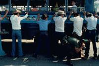 バスの乗客をチェックする兵士、エルサルバドル