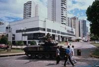 市内をパトロールする米兵、パナマ