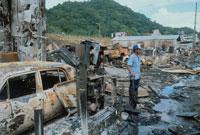 破壊された市街に立つ男性、パナマ