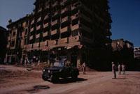 破壊されたベイルート市街をパトロールするレバノン兵 1982年