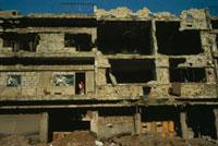 破壊されたアパートで物干をする女性 ベイルート