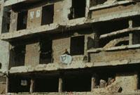 破壊された窓にビニールして住む女性 ベイルート