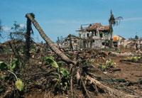 爆撃で破壊された村 ベトナム戦争 1972年