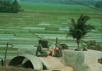 本を読むアメリカ兵 ベトナム戦争 1972年