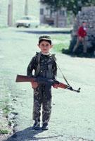 父のライフルAK-47を持つ少年 ベイルート 1982年
