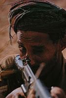 銃で狙いを付ける男性の目 オマーン 1972年