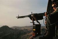 ヘリコプターの銃座で構える兵士 エルサルバドル 1983年