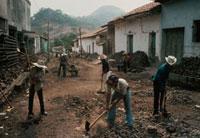 戦争で荒れた街を立て直す人々 エルサルバドル 1983年