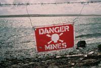 地雷の敷設を示す看板 フォークランド諸島 1984年