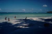 海で遊ぶ子供達 ドミニカ共和国