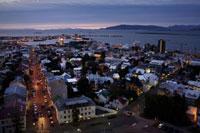 港に面した街の夜景