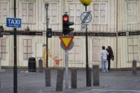赤信号とカフェの前に立つ人達