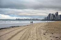 ボア ウ゛ィアージェン海岸をジョギングする2人