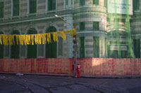 ネットで覆われた建物と黄色の飾りが着いた街灯
