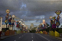 カーニバルのために飾られた通り 02265037994| 写真素材・ストックフォト・画像・イラスト素材|アマナイメージズ