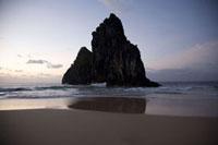 奇岩の有るビーチ 02265038023| 写真素材・ストックフォト・画像・イラスト素材|アマナイメージズ