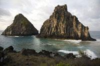 海から突き出た岩山 02265038029| 写真素材・ストックフォト・画像・イラスト素材|アマナイメージズ