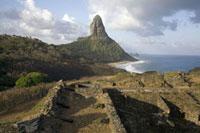 奇岩と海を望む 02265038030| 写真素材・ストックフォト・画像・イラスト素材|アマナイメージズ