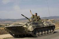 グルジア領内から撤退するロシア軍の戦車