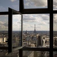 開かれた窓越しに見えるエッフェル塔