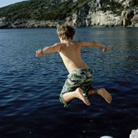 海に飛び込む男の子