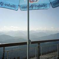 山を見下ろすカフェのパラソル