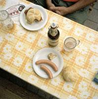 ソーセージとサンドイッチとビールで昼食