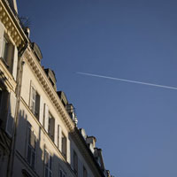 アパートメントの上の飛行機雲