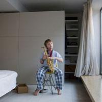 サックスを持って座る男の子 02265038197| 写真素材・ストックフォト・画像・イラスト素材|アマナイメージズ