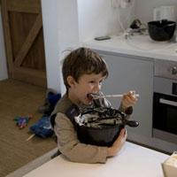 ケーキ作り中につまみ食いをする男の子