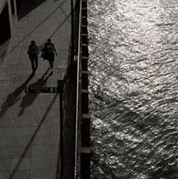 テムズ川沿いを歩く2人の女性 02265038218| 写真素材・ストックフォト・画像・イラスト素材|アマナイメージズ