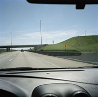 運転席から見た交差する高速道路
