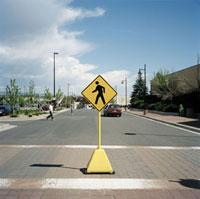 ショッピングモールの駐車場の歩行者横断標識