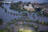 洪水に見舞われた町 空撮 02265038262| 写真素材・ストックフォト・画像・イラスト素材|アマナイメージズ