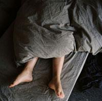 足を出して眠る子供 02265038267| 写真素材・ストックフォト・画像・イラスト素材|アマナイメージズ