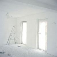 白く覆われた改装中の室内
