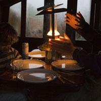 ランプに照らされた食卓