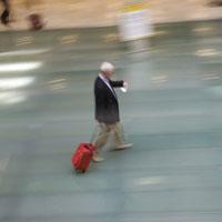 メモを見ながら歩く旅行者