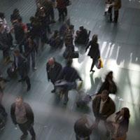 空港のロビーを歩く女性と歩行者の動き