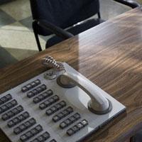 テーブルの上の電話機と椅子