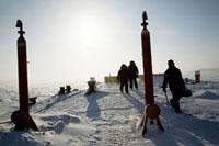 氷上の試験採掘施設の点検