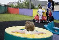 遊具で遊ぶ子供達と母親