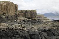 荒れた岩肌の海岸