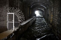 石造りのトンネルを抜ける水路 02265038586| 写真素材・ストックフォト・画像・イラスト素材|アマナイメージズ
