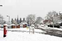 雪が積もった住宅街の交差点