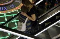 エスカレーターのカップル 02265038698| 写真素材・ストックフォト・画像・イラスト素材|アマナイメージズ