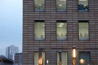 オフィスビルの窓に映る人影