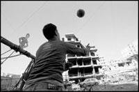 廃墟でサッカーをして遊ぶ子供 02265038784| 写真素材・ストックフォト・画像・イラスト素材|アマナイメージズ