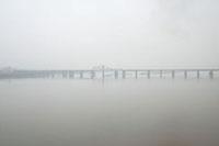 霧の紅川に架かるポールドゥメ橋